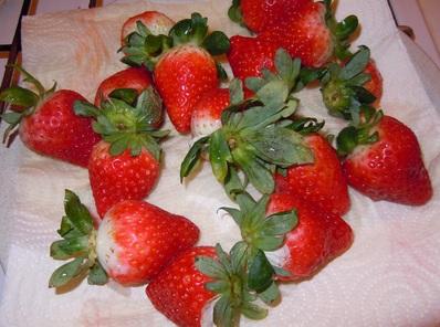 Frutillas-con-cobertura-de-chocolate-postre-dulces-2