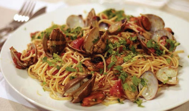 Espaguetis-con-almejas-o-spaguetti-a-le vongole-Receta-italiana-Mejillones-almejas-receta-italiana-cayena