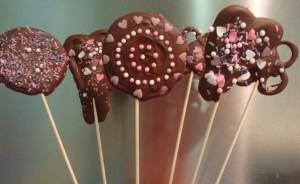 Piruletas-de-chocolate-Bocaditos-para-los-mas-chicos-postre-chocolate-piruleta-fiestas-cumpleaños-9