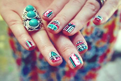 estilo que buscas, solo necesitas de pocos esmaltes de uñas. Podrás elegir los colores que te favorezcan o que combinen con tu look.