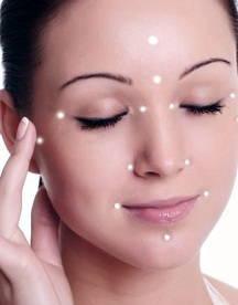 Iluminador-de-rostro-cómo-utilizarlo-de-manera-correcta-barbilla-compactas-crema-labios-liquidas-luminosidad-mentón-nariz-ojeras-polvos-pomulos-rostro-