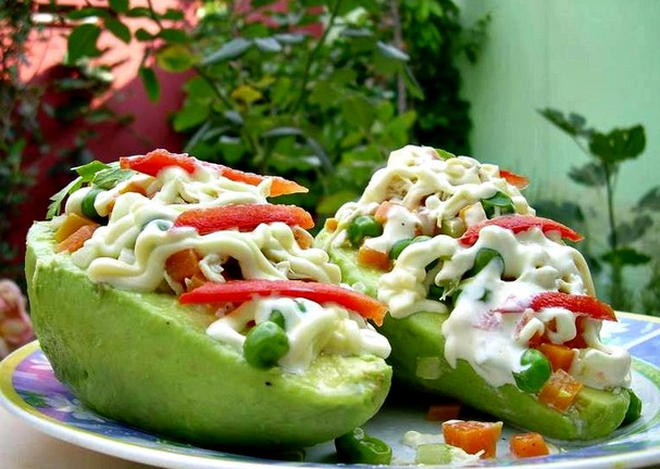 Paltas-rellenas-con-2-variantes-diferentes-comida-vegana