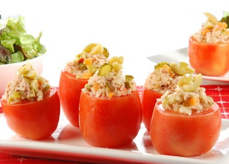 Tomates-rellenos-con-diferentes-variantes-comida-vegana